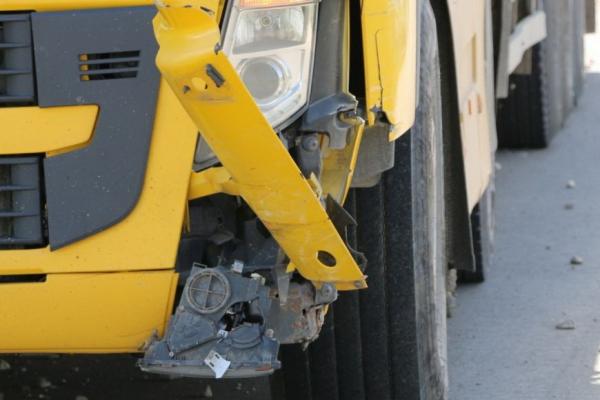 Легковушка врезалась в фуру на трассе: водитель и ребёнок чудом не пострадали (ФОТО)