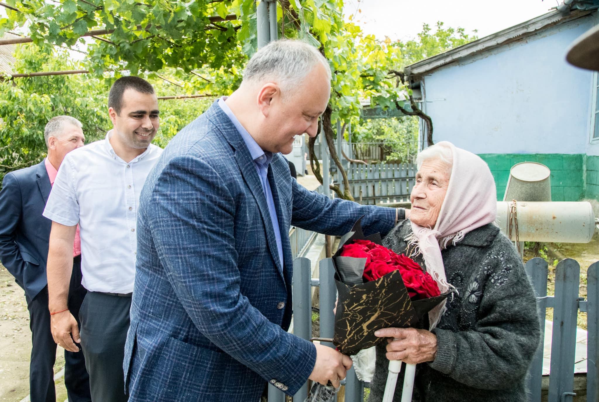Игорь Додон поздравил живущих в Кагульском районе супругов-долгожителей и многодетные семьи (ФОТО, ВИДЕО)