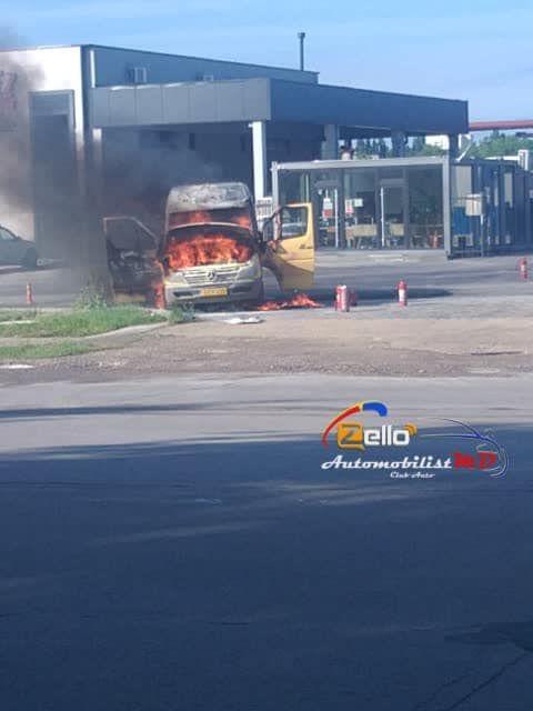 На одной из столичных улиц загорелся микроавтобус (ФОТО)