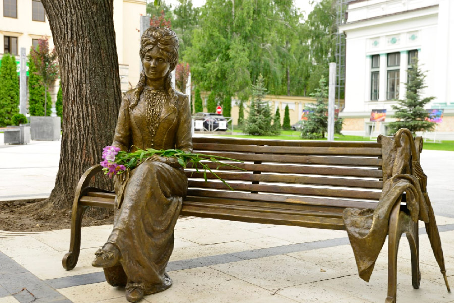 Чебан об иске из-за скульптуры Вероники Микле: Любопытно, как судебный пристав будет вывозить скамейку из сквера