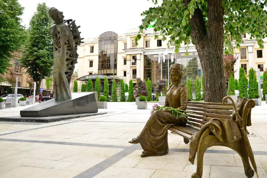 В сквере Михая Эминеску появилась скульптура Вероники Микле (ФОТО)