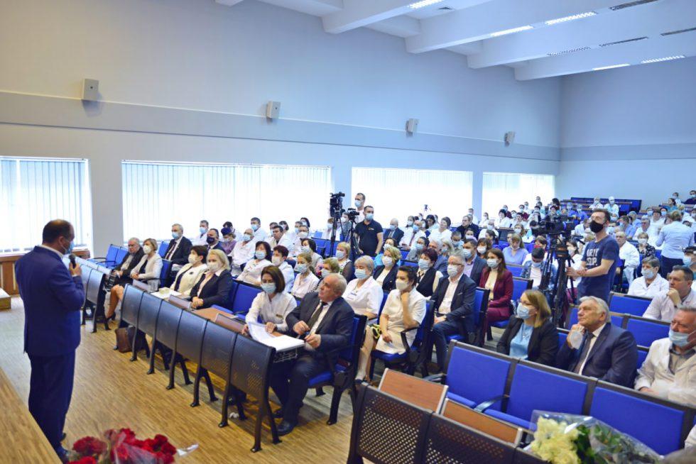 """Ион Чебан поздравил руководство и сотрудников больницы """"Святая Троица"""" с годовщиной её основания"""