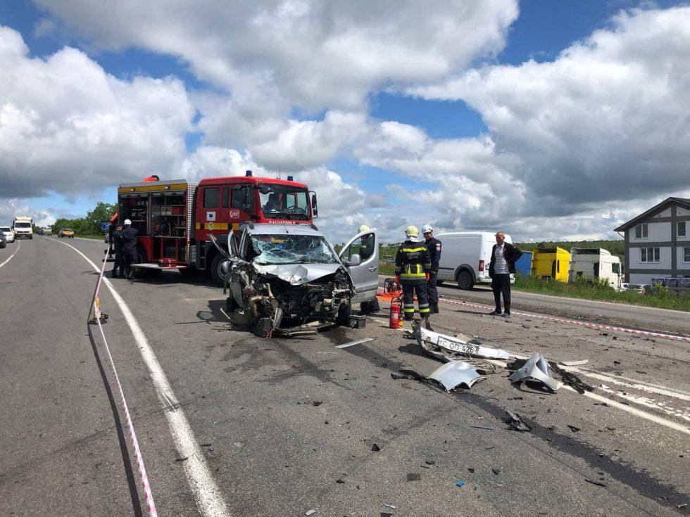 Легковушка впечаталась в КамАЗ на трассе: водителя доставали спасатели (ФОТО)