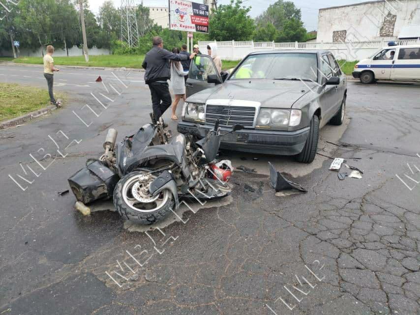 Водитель скутера госпитализирован после столкновения с легковушкой