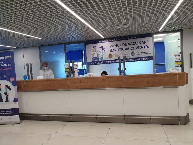 В столичном аэропорту открыли пункт вакцинации от коронавируса