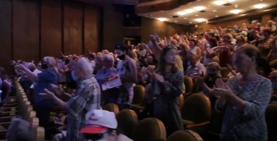 Переполненный зал и бурные аплодисменты: как Игоря Додона встретили в Бельцах (ВИДЕО)