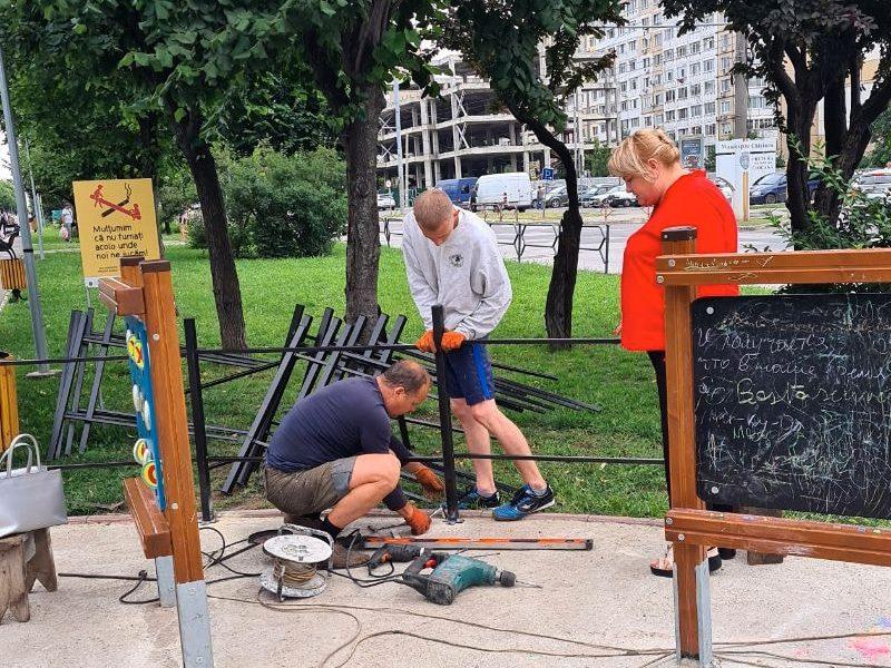 Возле детских площадок на аллее на бульваре Мирча чел Бэтрын началась установка защитного ограждения