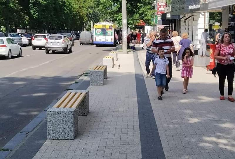 Столичные тротуары становятся всё лучше: на ряде улиц устанавливаются скамейки, урны и цветочные тумбы