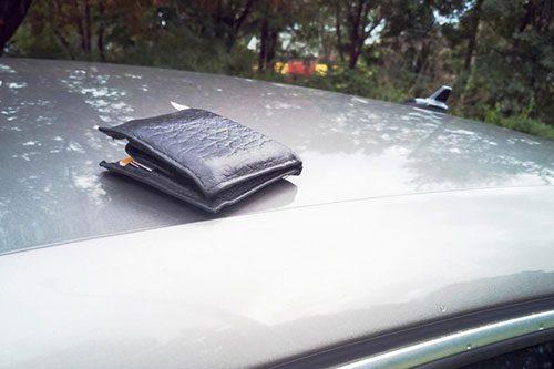 Оставил портмоне на капоте: забывчивому мужчине вернули утерянную вещь