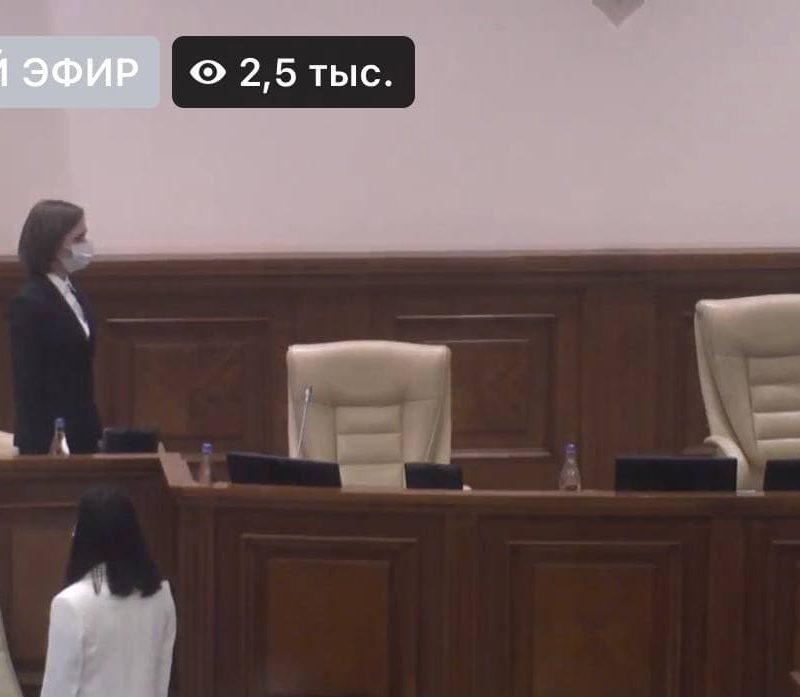 Санду пришла в парламент со своим креслом и повернулась спиной к молдавскому флагу (ФОТО)