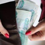 Воспользовалась моментом: женщина присвоила забытый клиентом банка кошелёк