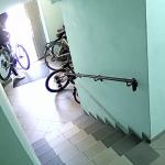 Кража в столице: вору приглянулся стоявший в подъезде велосипед (ВИДЕО)