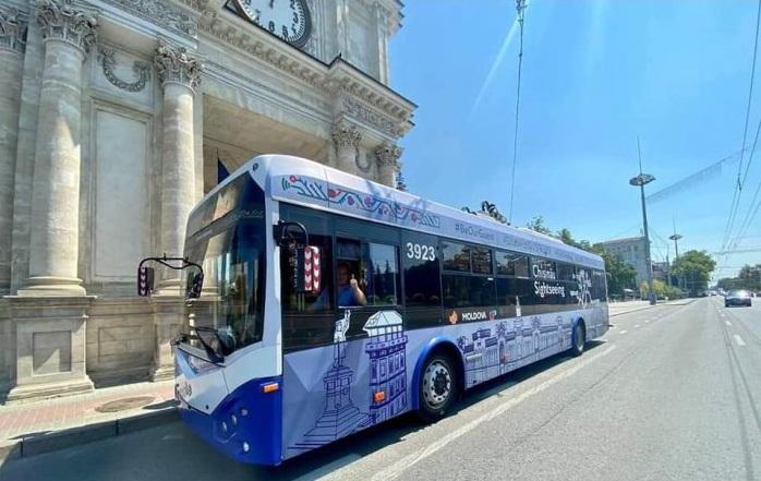 В Кишинёве начал курсировать туристический троллейбус