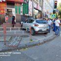Перепутала газ и тормоз: женщина заехала на тротуар и сбила пешеходов в центре столицы (ВИДЕО)