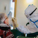 Учёные установили, почему пожилые люди тяжелее переносят COVID-19