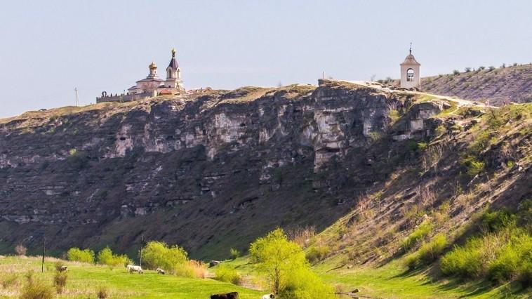 В Бутученах монах сорвался со скалы