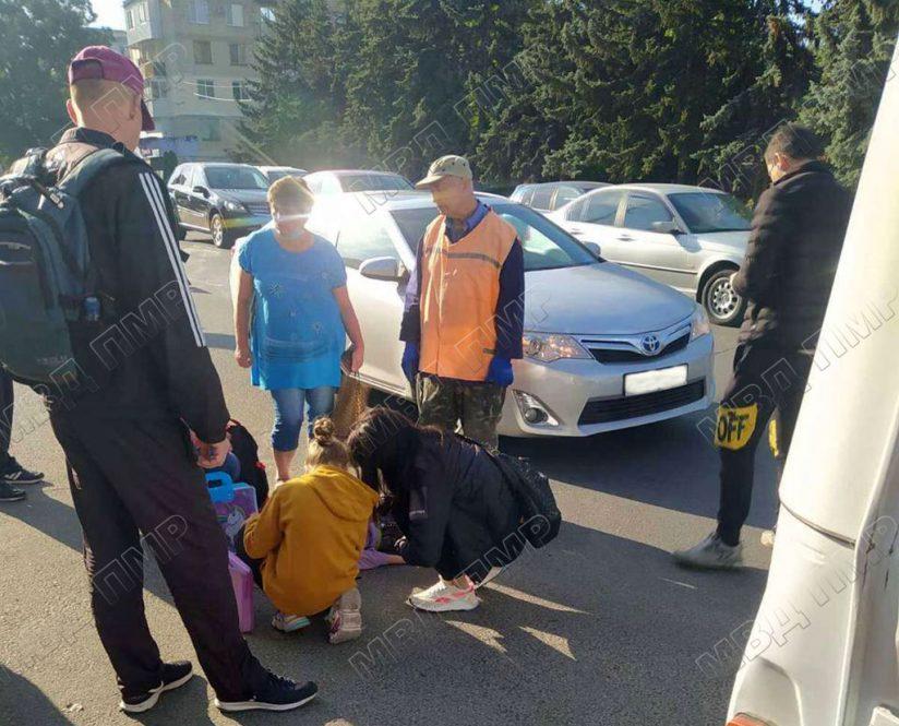 Выскочила на дорогу: в Тирасполе под колёса авто попала школьница