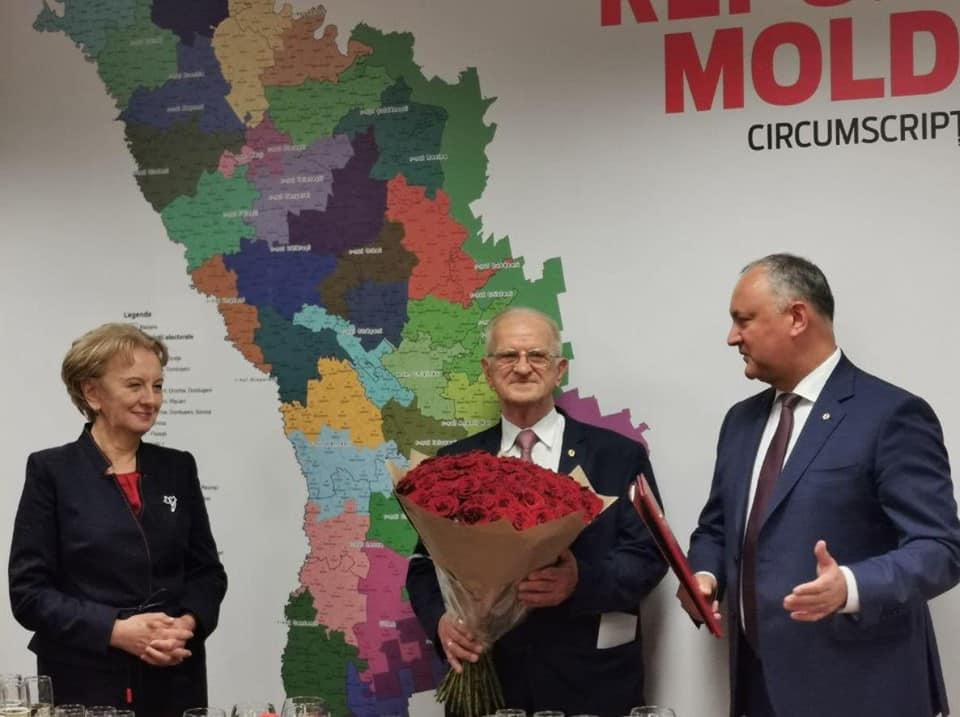 Игорь Додон поздравил самого старшего депутата парламента с 82-летием