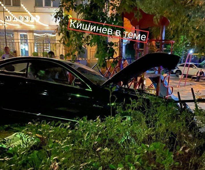 В столице машина влетела в забор детской площадки: два человека госпитализированы