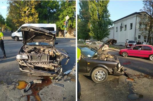 Не поделили дорогу: два автомобиля столкнулись на перекрёстке в Тирасполе (ВИДЕО)