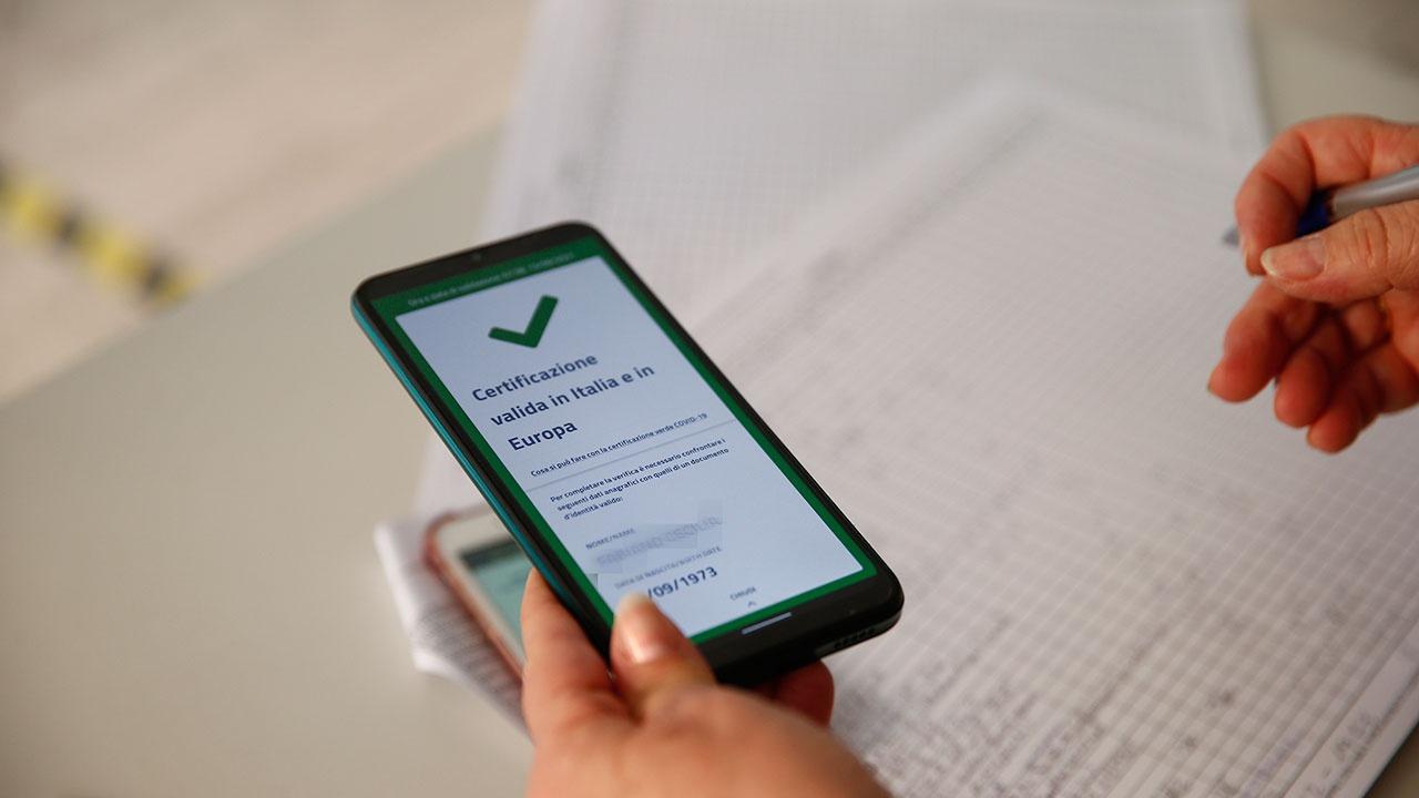 Италия первой в Европе ввела обязательные COVID-сертификаты