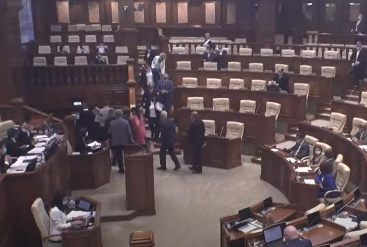 Депутаты Блока коммунистов и социалистов покинули заседание парламента в знак протеста (ВИДЕО)