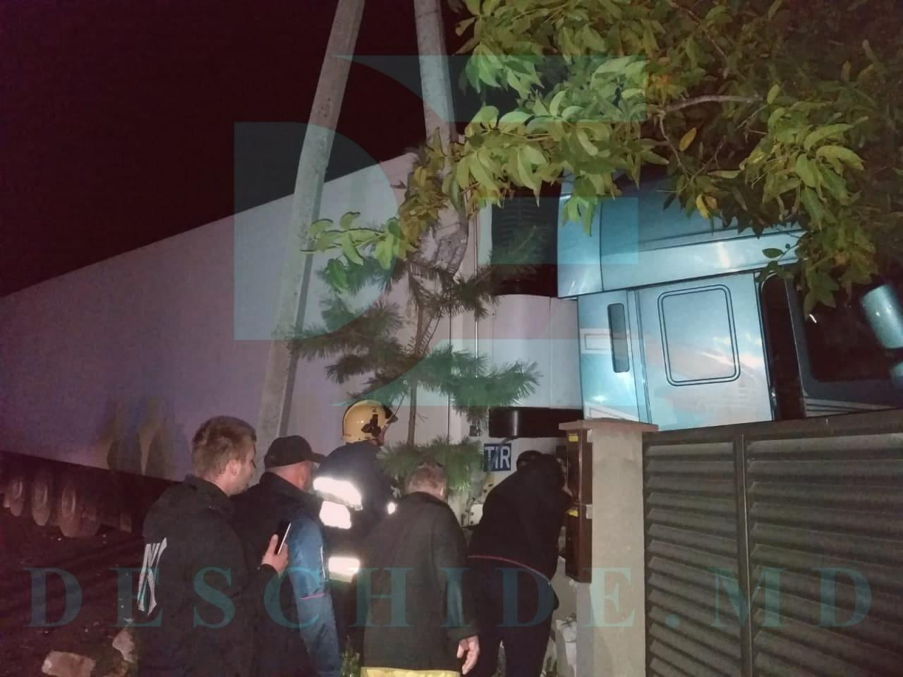 Пьяный водитель влетел на фуре в частный дом