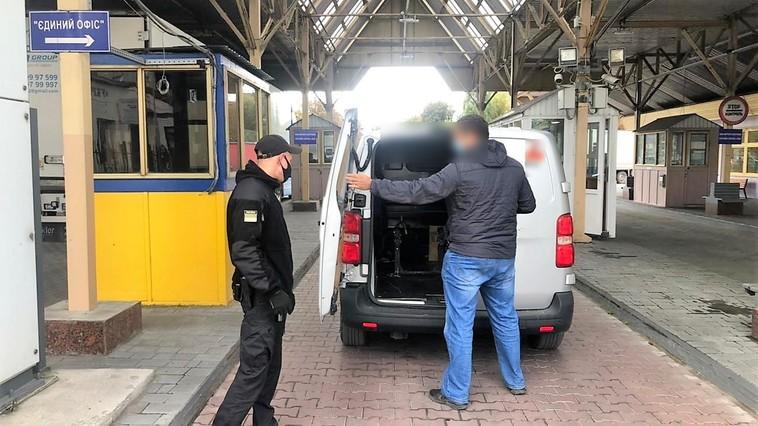 Молдаванину запретили въезд в Украину на 3 года из-за георгиевской ленточки