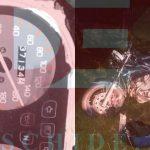 Мотоцикл на полной скорости влетел в ворота дома: водитель в больнице