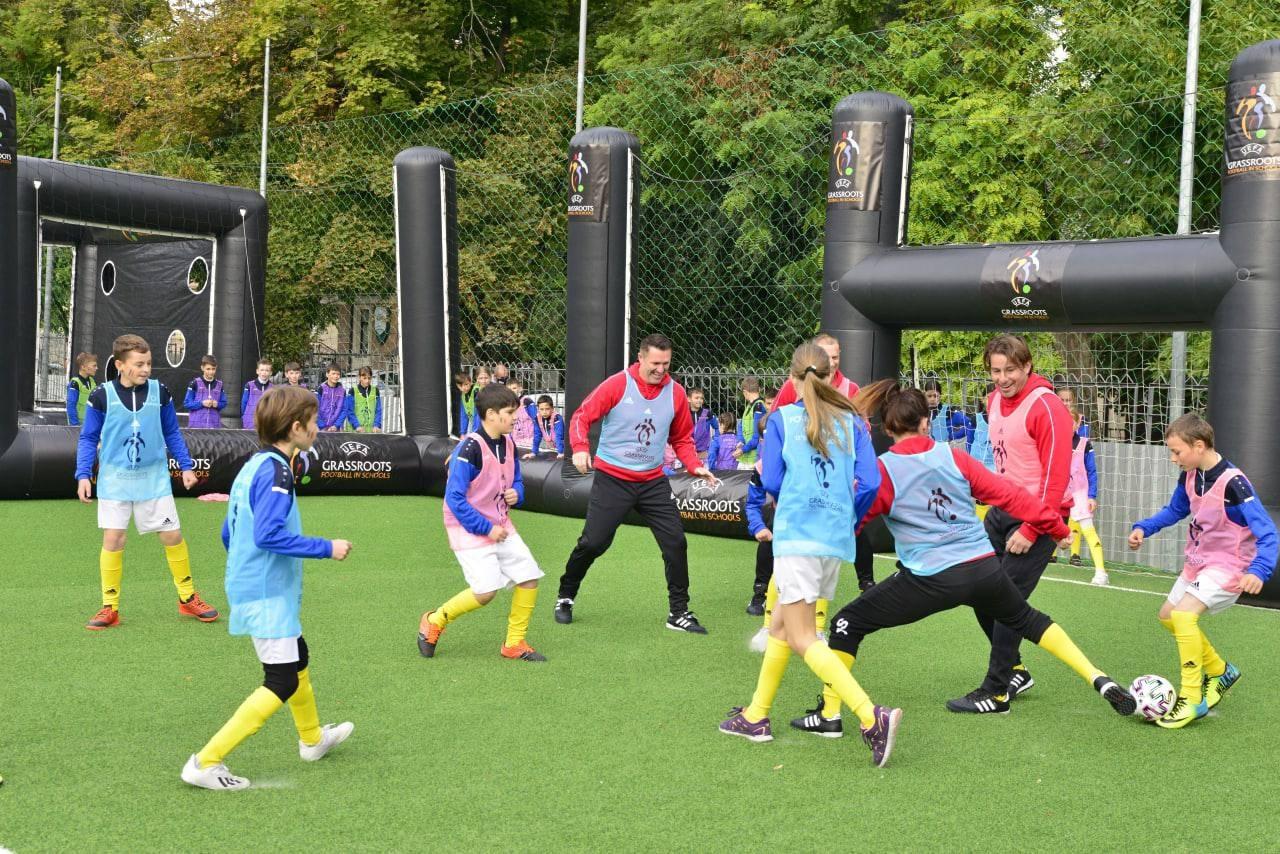 Ученики столичного лицея сыграли со звёздами мирового футбола на отремонтированном примарией стадионе