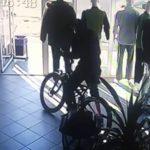 Сел и поехал: момент кражи велосипеда в столице попал на камеру (ВИДЕО)