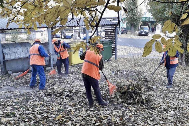 В столице продолжается кампания по осенней уборке города