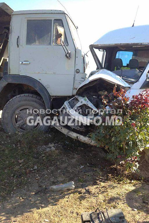 У Вулканешт КамАЗ въехал в микроавтобус: пострадал водитель