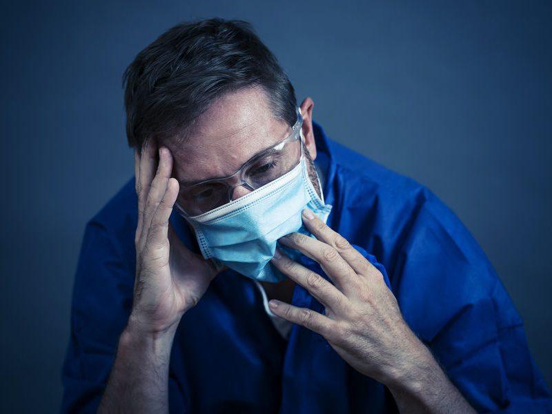 """Названы симптомы COVID-19, при которых нужно вызвать """"скорую"""""""