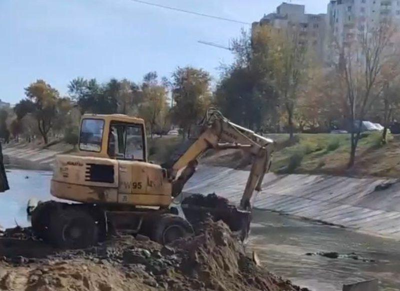 Продолжаются работы по бетонированию русла реки Бык